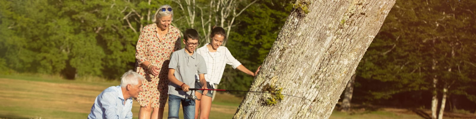 Grands-parents et petits-enfants qui pêchent