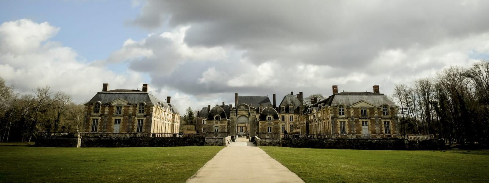 château de la ferté saint-aubin sous un ciel gris