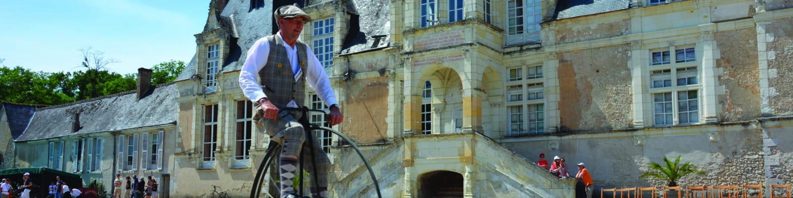 Vélo devant le château de Villesavin