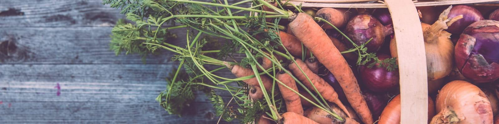 Panier de légume sur une table de bois