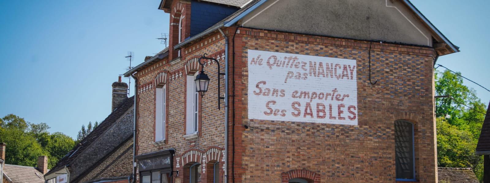 Vue du façade en brique à Nançay