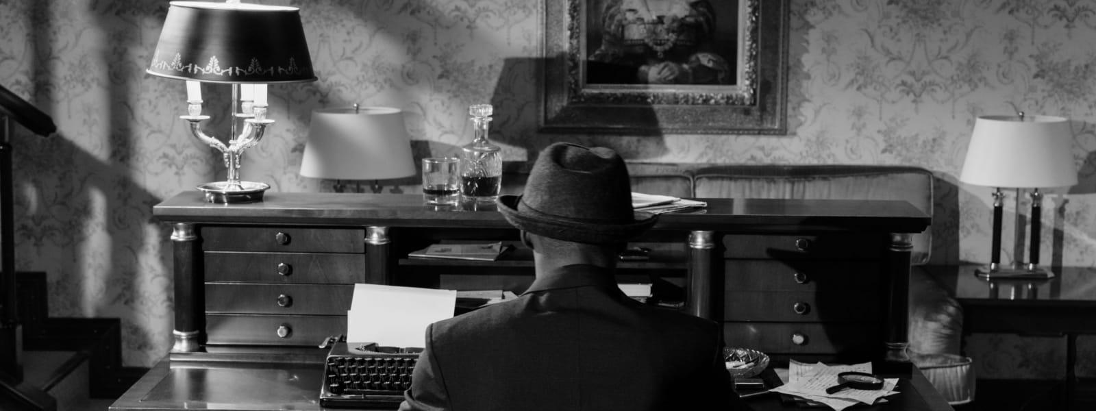 Homme qui enquête derrière un bureau