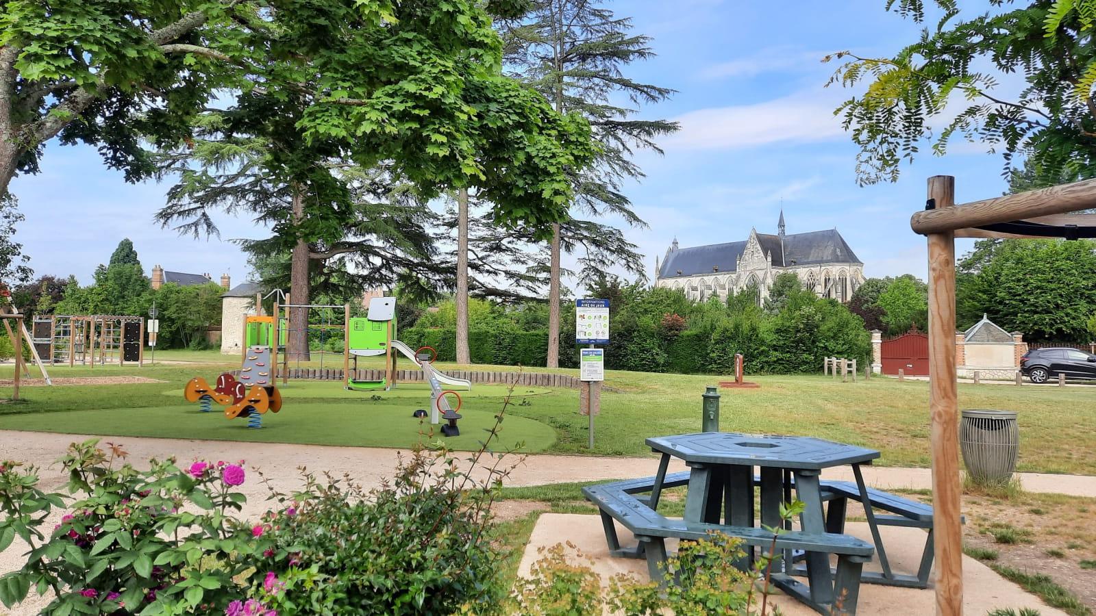 Aire de pique-nique à Cléry-Saint-André (Parc Charles de Gaulle)